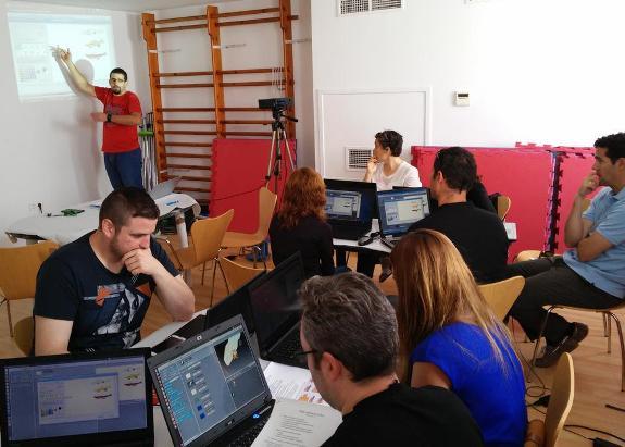 Momento de la celebración del taller de Scratch dentro de #Grownup2