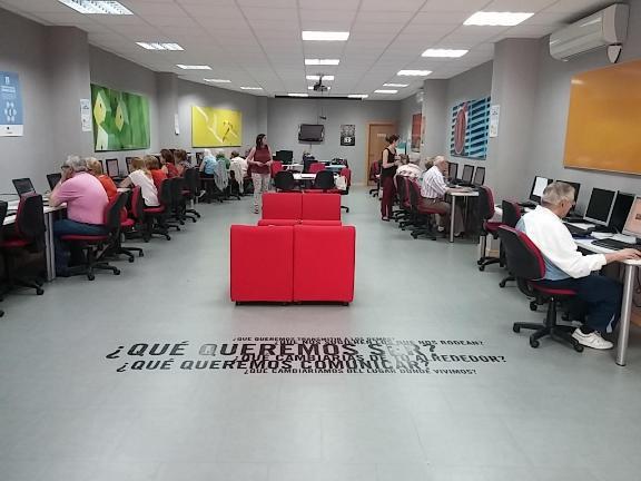 Momento del testeo de la platafporma web VITRAEL en un centro Guadalinfo